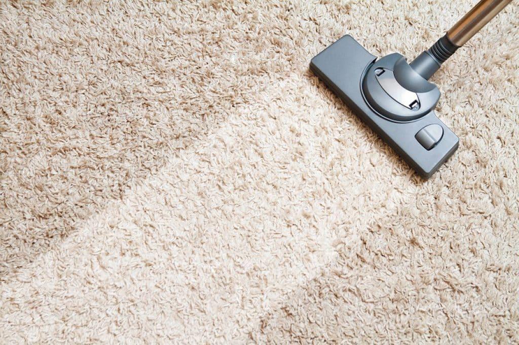 לפני ואחרי ניקוי של שטיח חום בהיר
