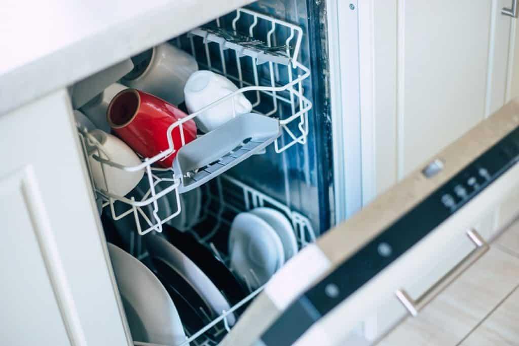 מדיח כלים צר פתוח למחצה עם כלים נקיים בפנים