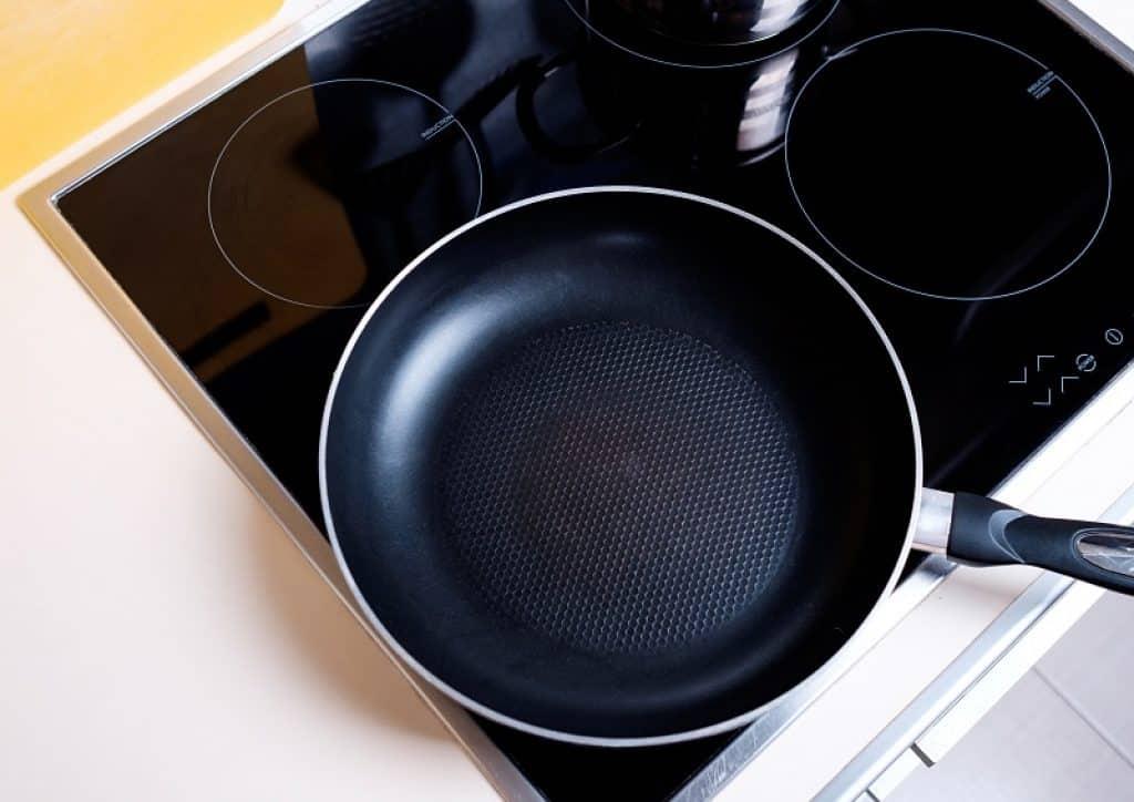 מחברת שחורה במטבח