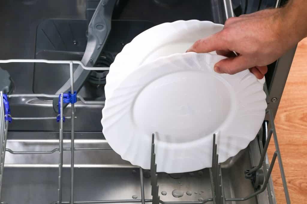 מחזיק צלחת לבנה במגירת הכלים