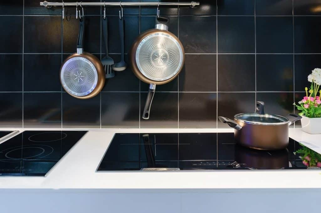 מטבח מודרני עם קיר קרמיקה שחורה במבט תקריב לשיש