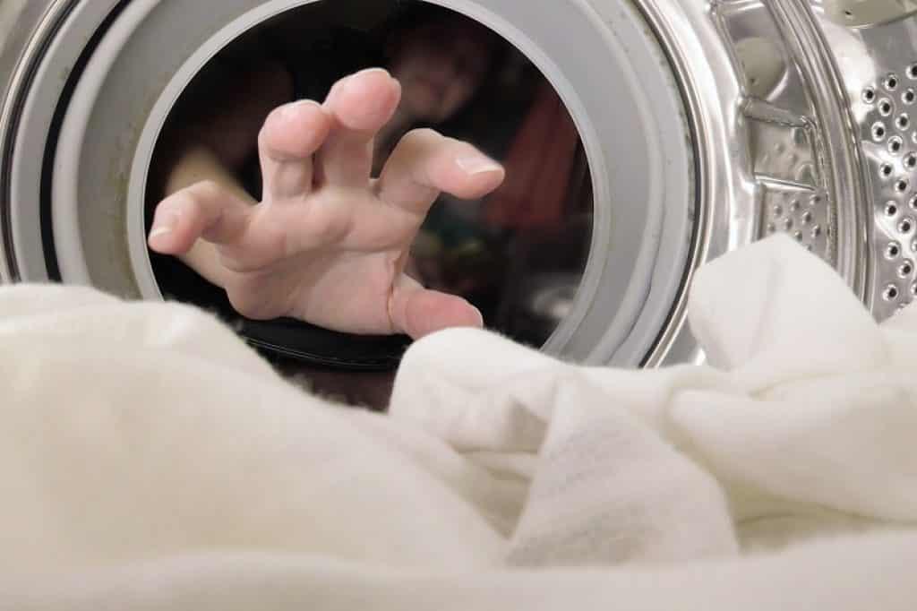 מכונת כביסה AEG צילום פנים של תוף נירוסטה עם חורים ומעט כביסה