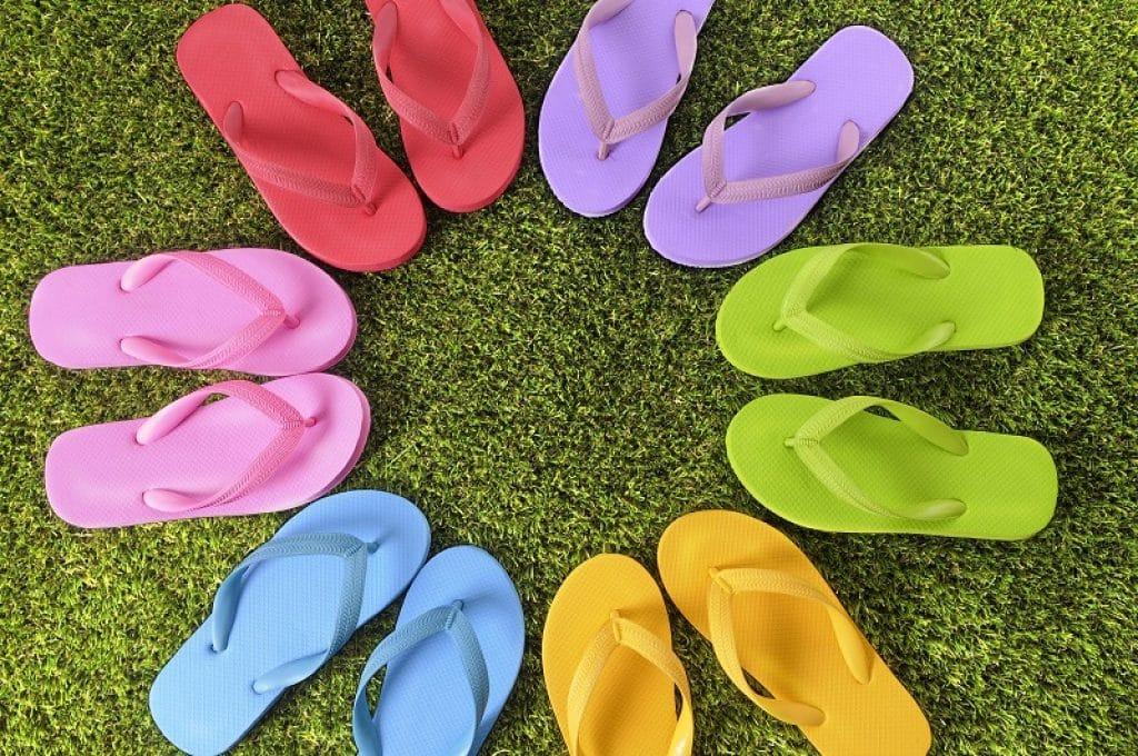 מעגל כפכפים צבעוני מונח על דשא סינטטי