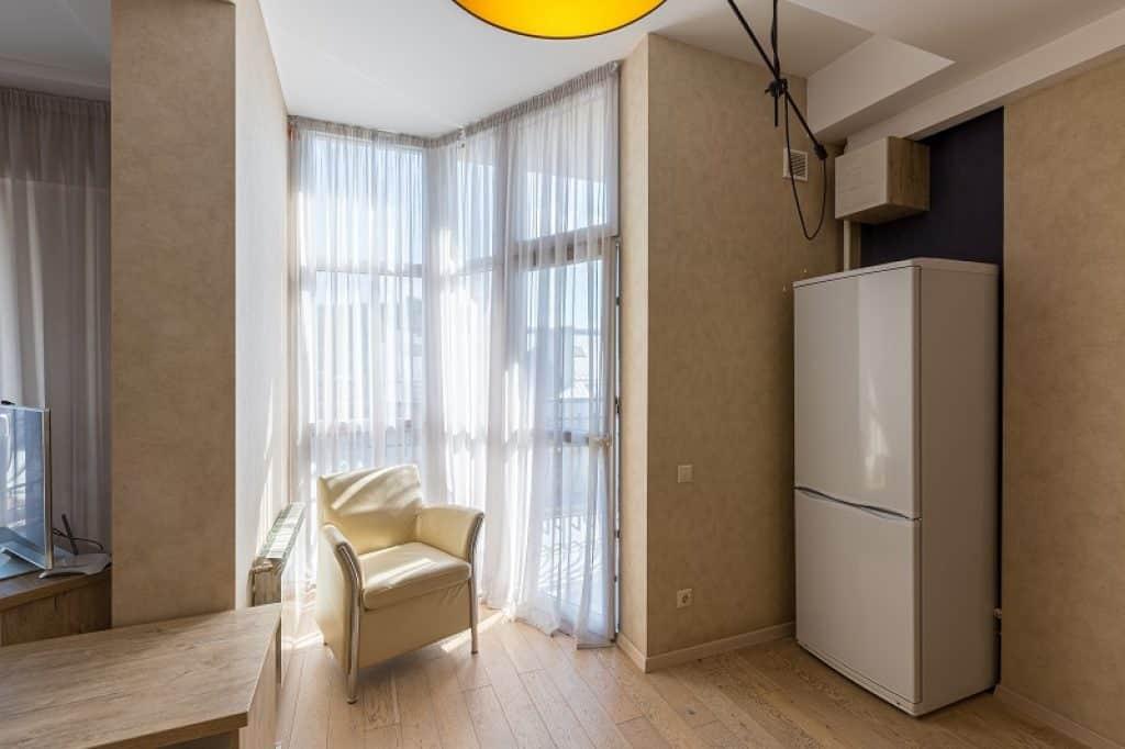 מקרר יושב בתוך נישה בבית עם עיצוב אלגנטי