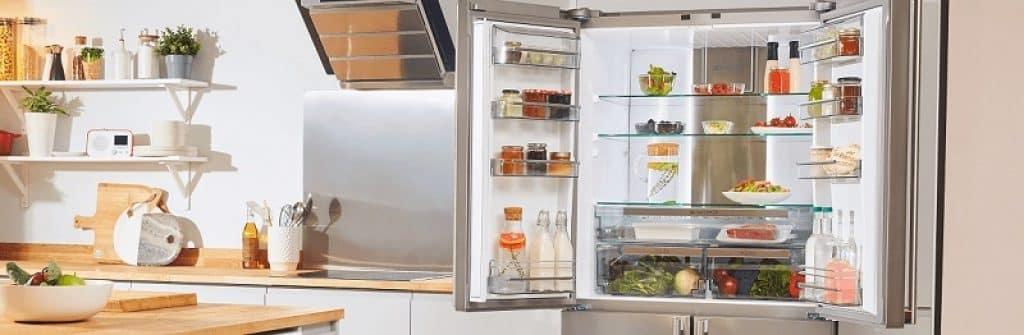 מקרר שארפ פתוח לרווחה במטבח מודרני