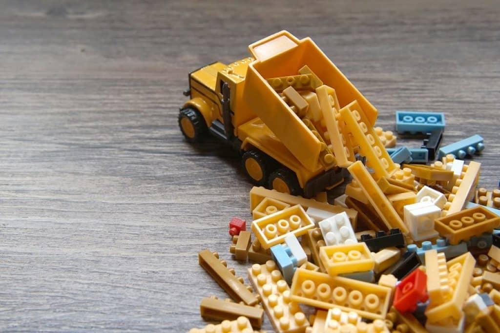 משאית משחק פורקת קוביות לגו
