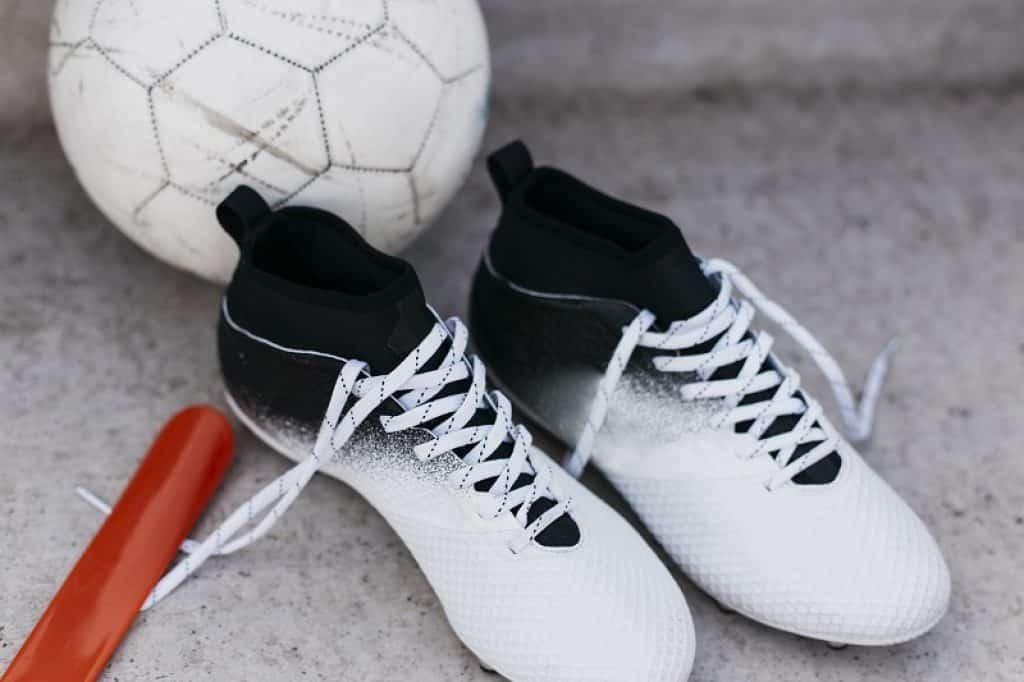 נעלי כדורגל שחור לבן על אספלט