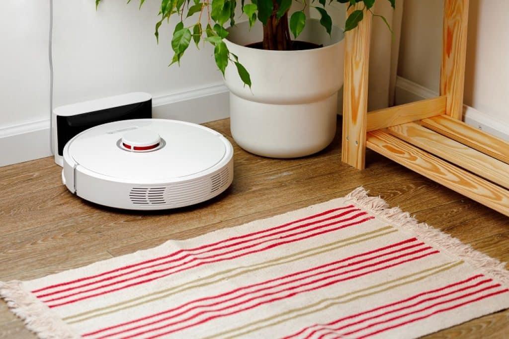 שואב אבק רובוטי בפינת החדר