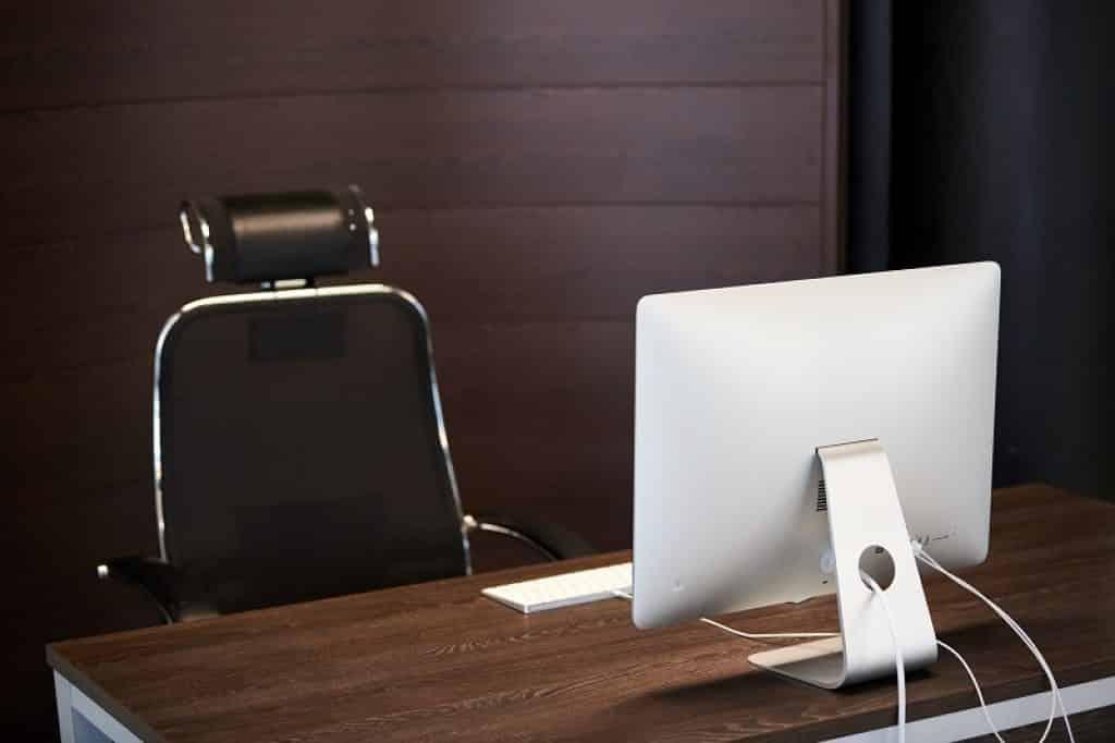 שולחן משרד מעץ עם כסא עור יוקרתי