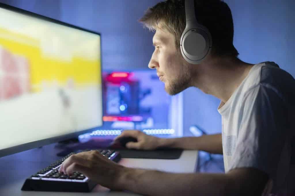 שחקן מרוכז בזמן שהוא שמשתתף בתחרות רשת