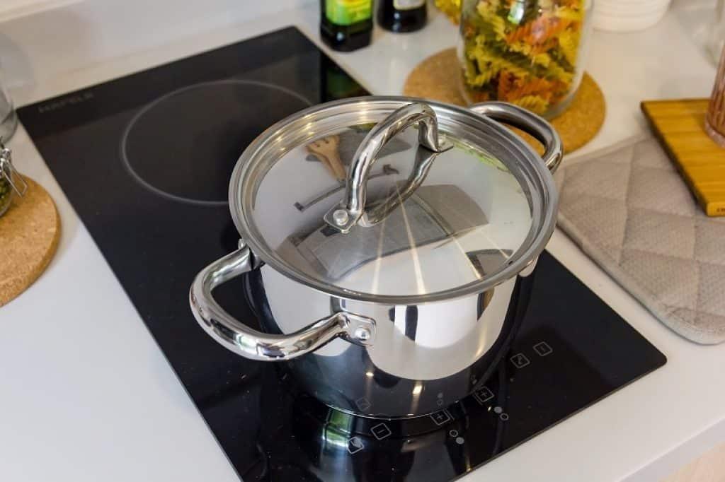 שני משטחי בישול קטנים עם סיר נירוסטה