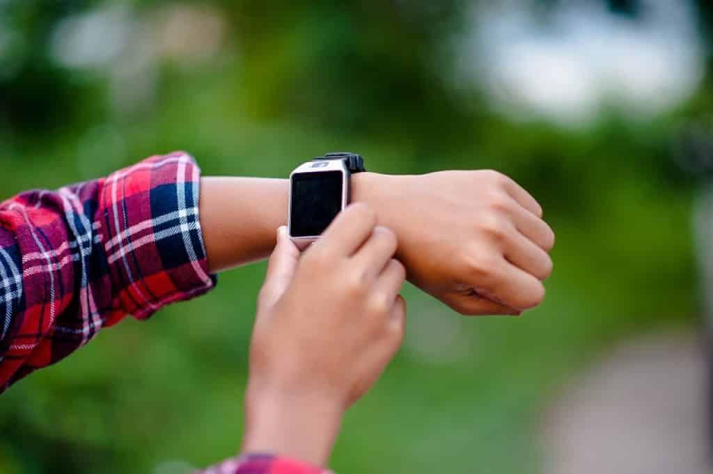 תמונה של ידיים שעל אחת מהן שעון חכם לילדים