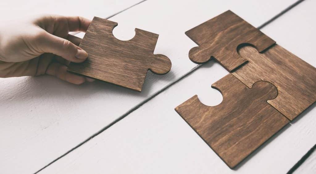 תמונה של יד מרכיבה פאזל ארבעה חלקים מעץ