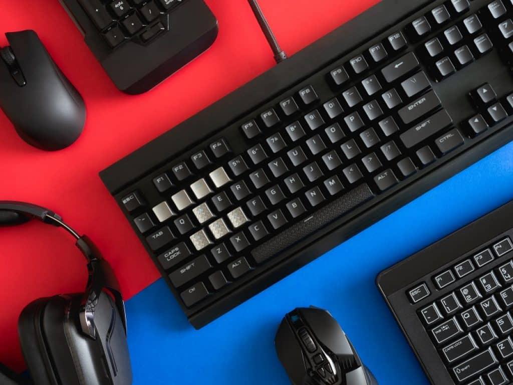 אביזרי מחשב מונחים על רקע בצבעים כחול ואדום
