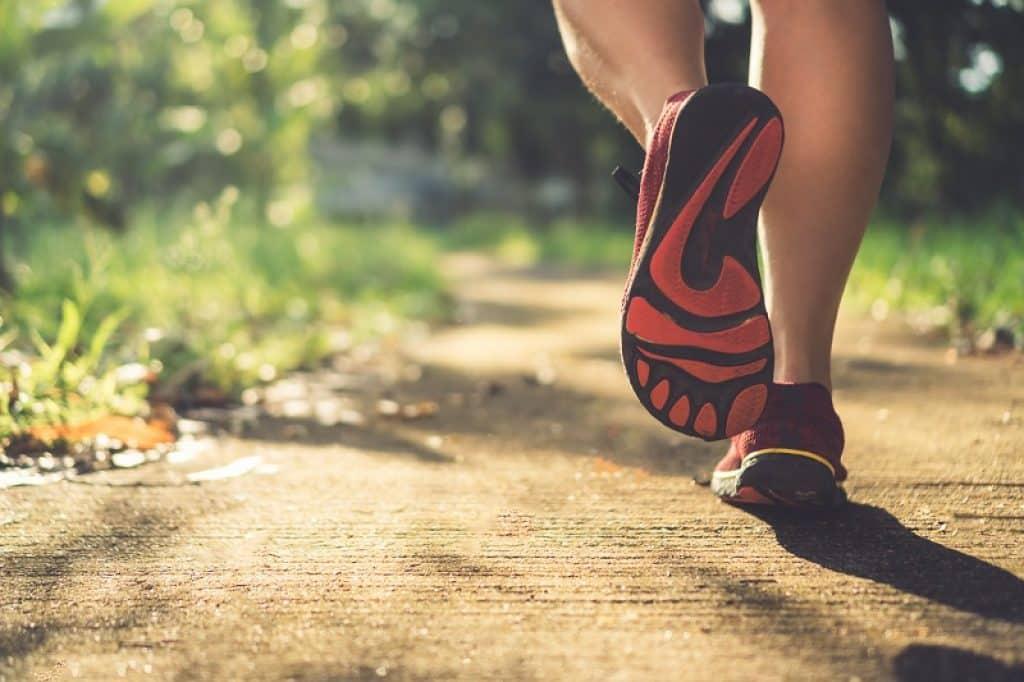 אישה בזמן ריצה בחיק הטבע ביום בהיר