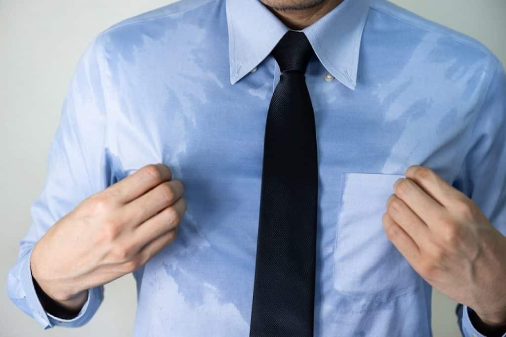 איש עסקים עם חולצה מכופתרת בצבע תכלת ועניבה כחולה