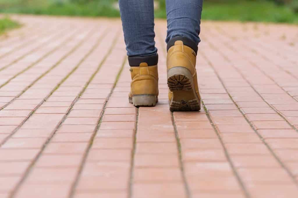 בחורה עם ג'ינס נועלת נעלי הליכה ועבודה