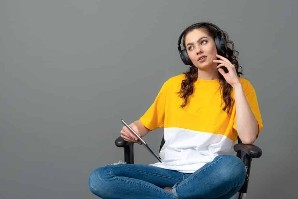 בחורה עם חולצה צהובה והבעה של שאלה