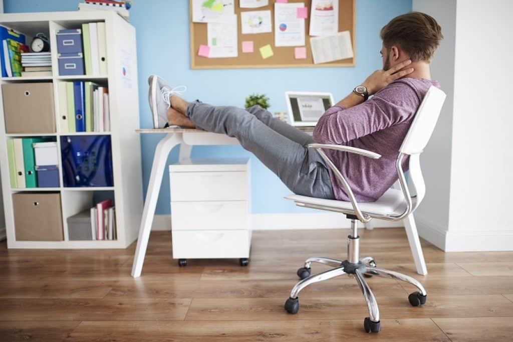 בחור יושב בצורה לא נכונה ליד המחשב