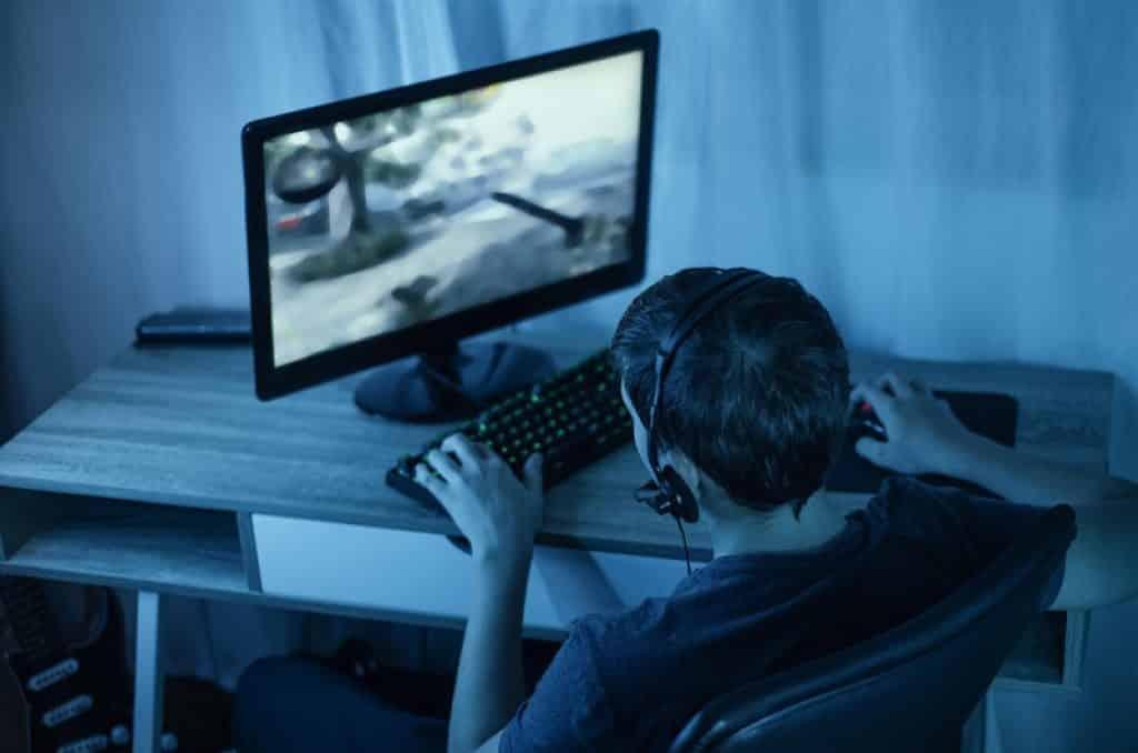 גיימר יושב בצורה לא נוחה כדי לשחק במחשב