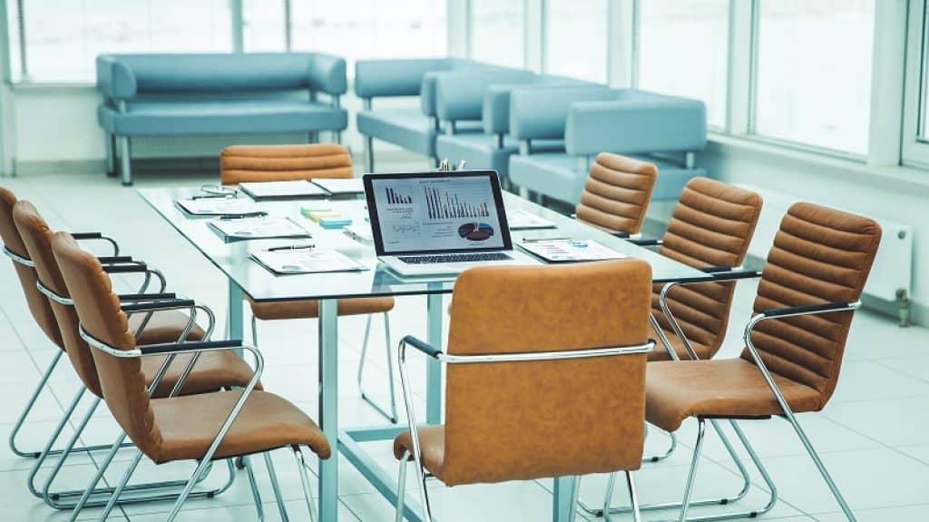 חדר ישיבות ריק מוכן לפגישה