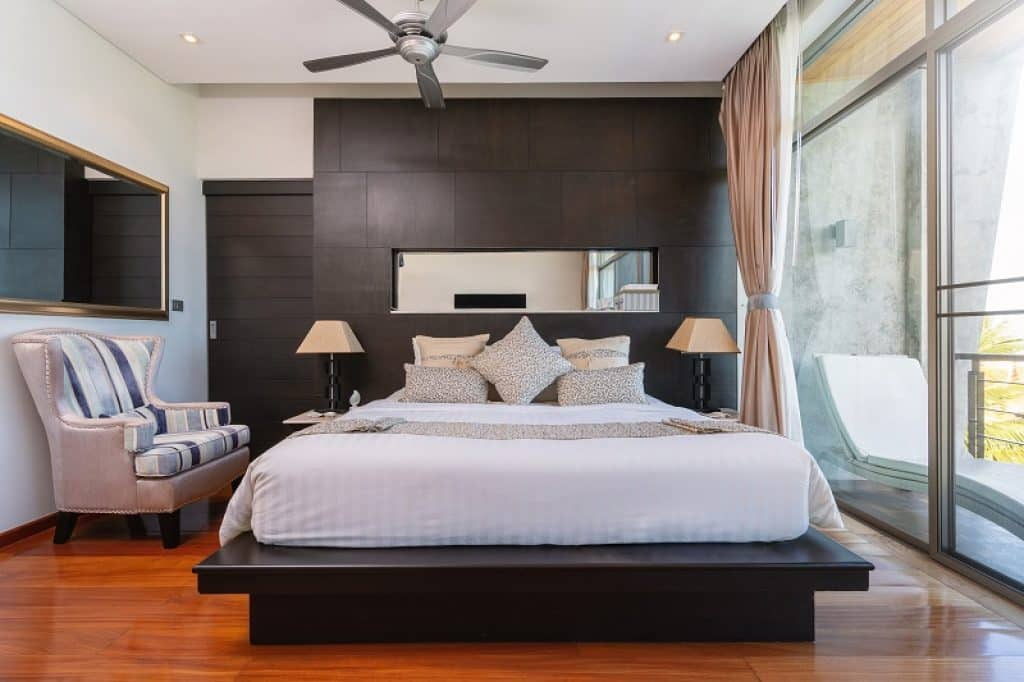 חדר שינה מפנק עם מיטה רחבה בבית מלון