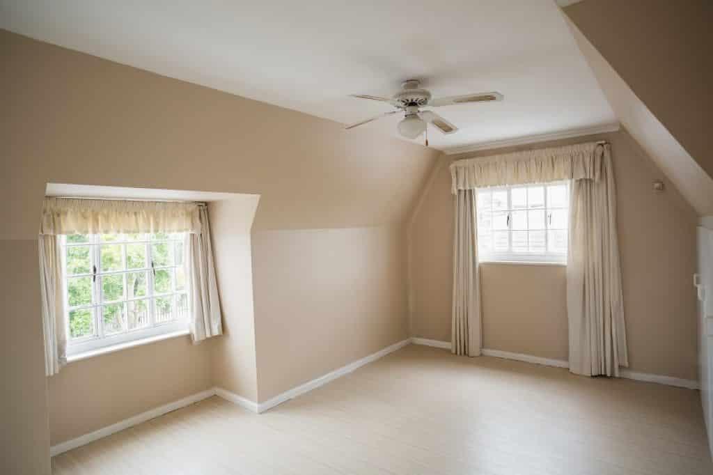 חדר שינה ריק לפני כניסה של דיירים חדשים