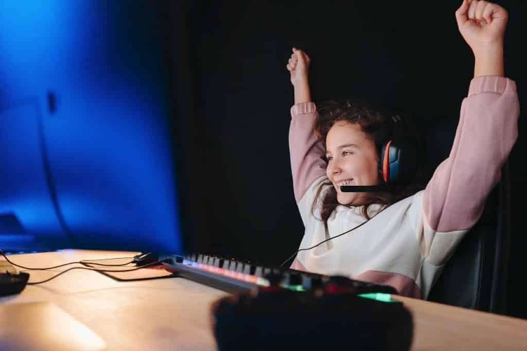 ילדה שמחה לאחר ניצחון במשחק רשת