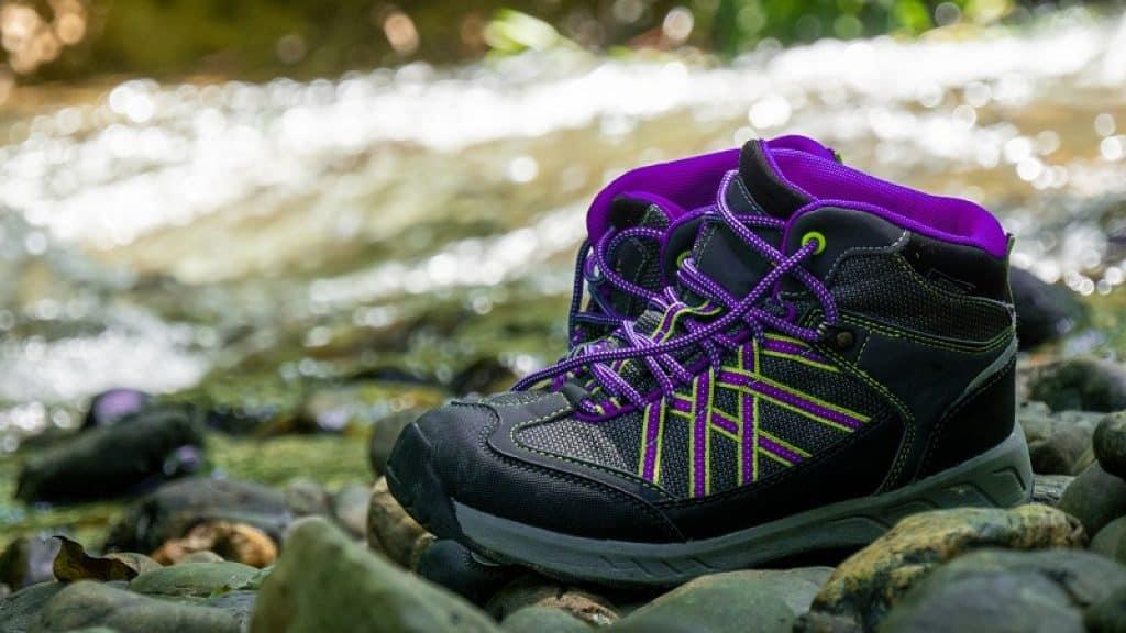 נעלי הליכה ועבודה בצבע סגול ושחור מונחות בנחל