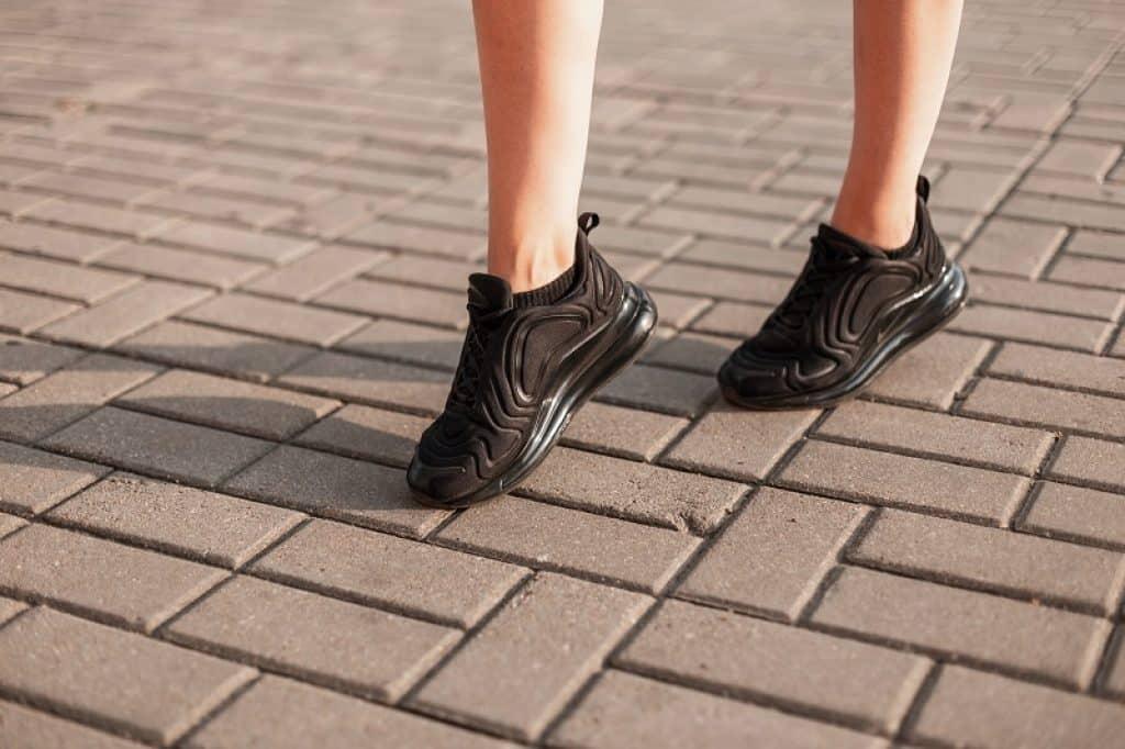 נערה עם מכנסיים קצרים הולכת על המדרכה