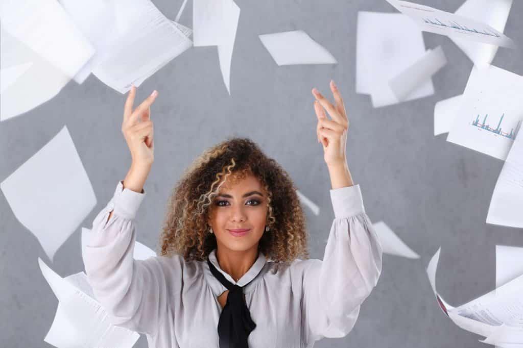 סטודנטית זורקת דפים לאוויר בפרצוף של שאלה