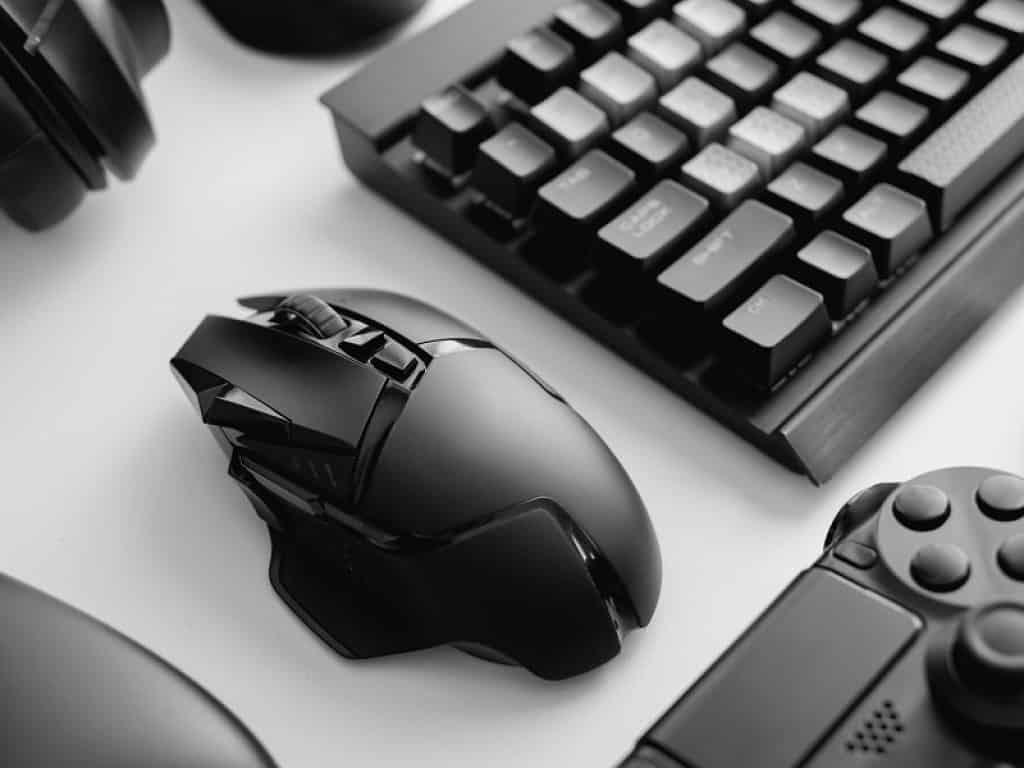 פד ומקלדת מונחים על שולחן מחשב