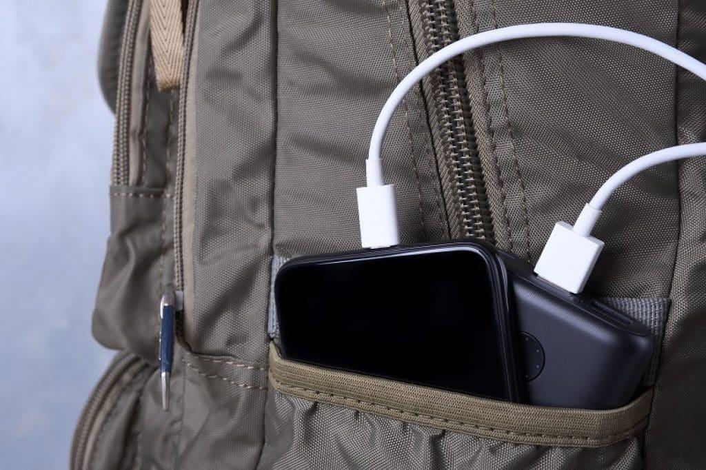 תמונה של טלפון בטעינה בתוך תיק גב