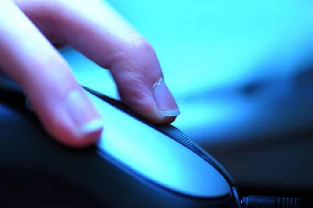 תמונה של יד עם ציפורניים ארוכות בזמן שימוש במחשב