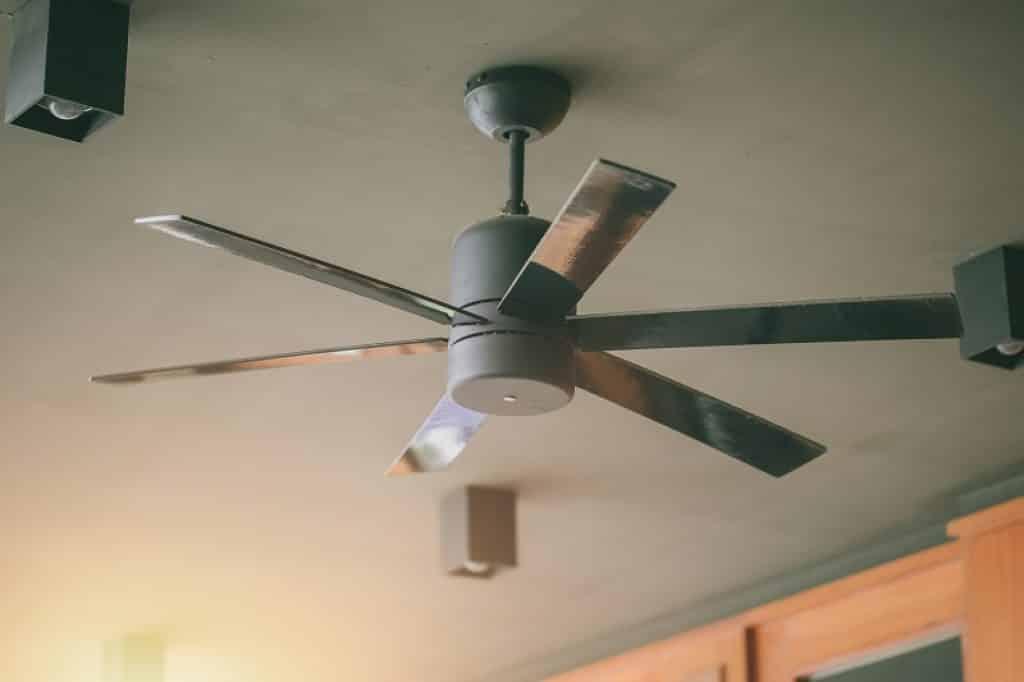 תמונה של מאוורר תקרה ממתכת עם אור כבוי