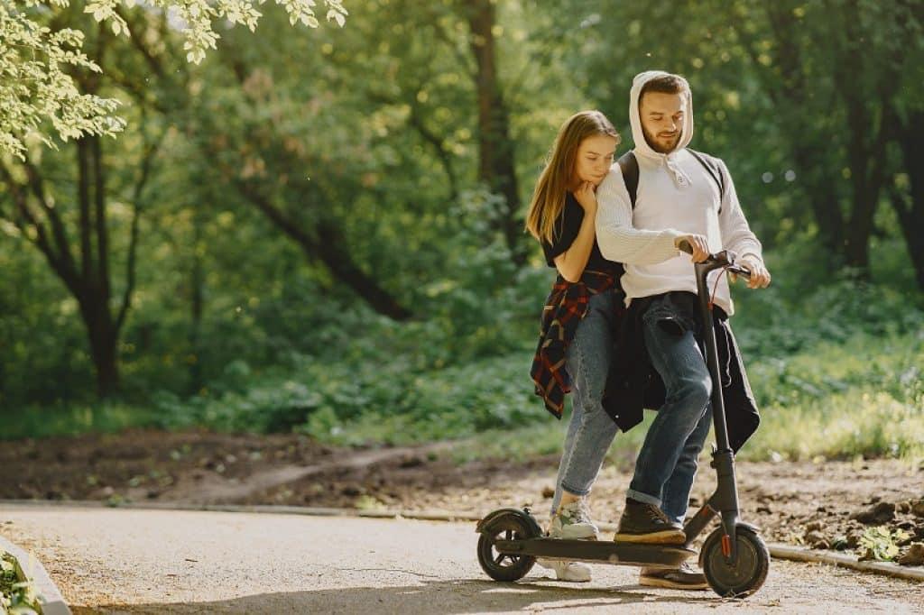אח ואחות רוכבים ביחד בדרך חזרה מבית הספר