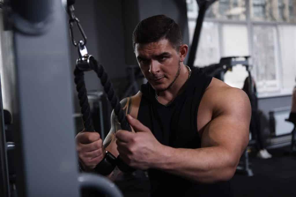 בחור שמתאמן עם חולצה שחורה נראה מרוכז ונחוש
