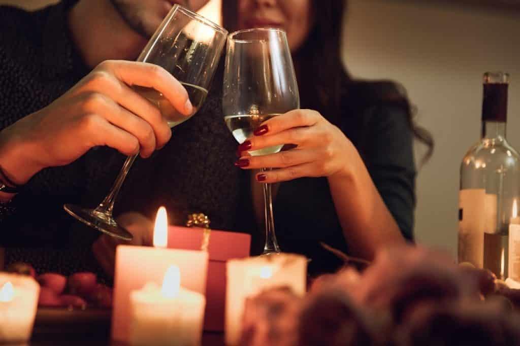 גבר ואישה בארוחת ערב רומנטית לאור נרות