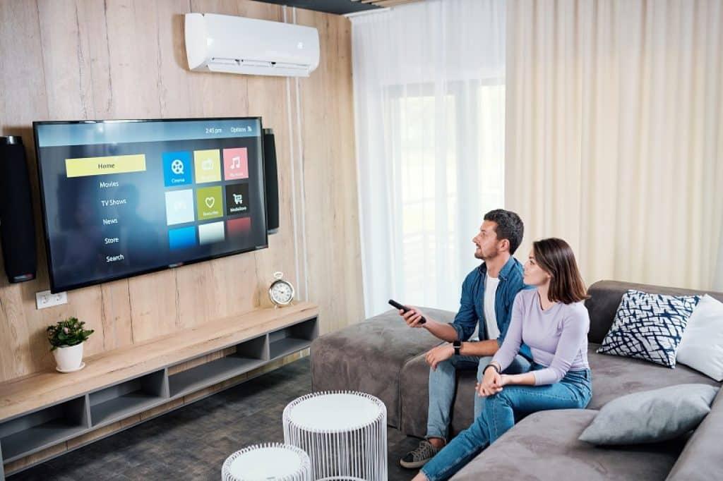 זוג יושב בסלון מול טלוויזיה עם סטרימר שיאומי