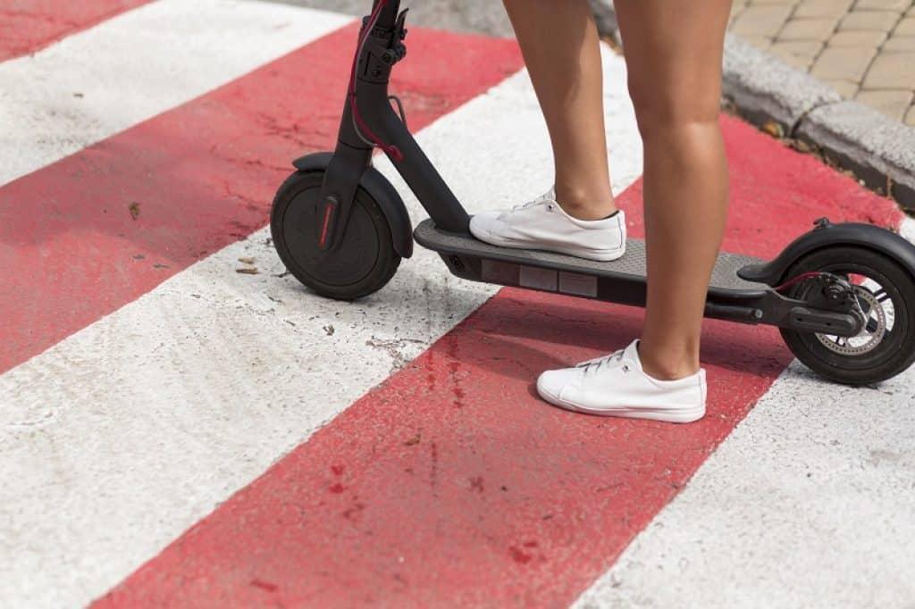 ילדה עם נעליים לבנות עומדת על רצפה שצבועה באדום ולבן
