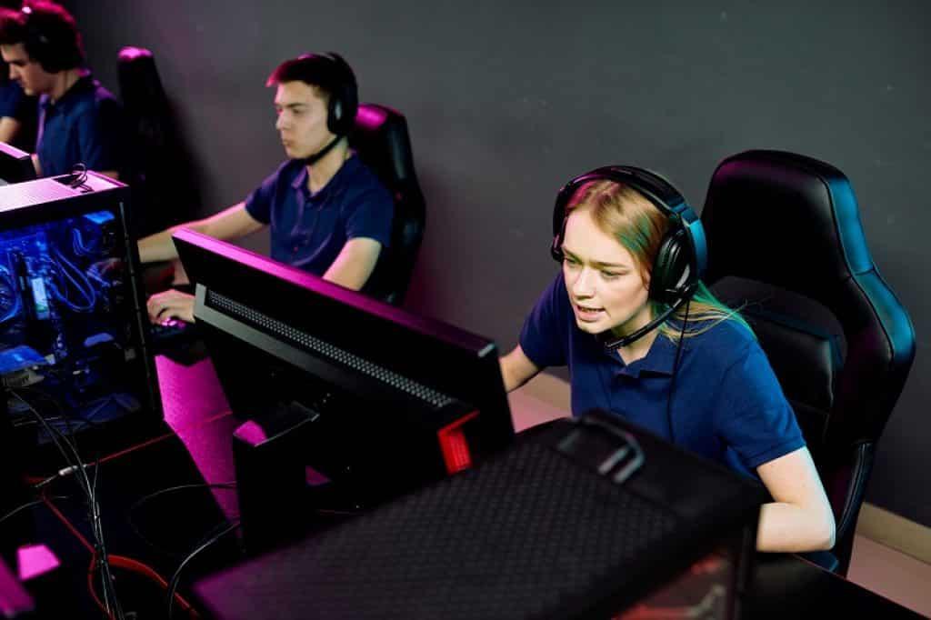 צילום של בחור ובחורה עם חולצות כחולות שמשחקים באותה קבוצה