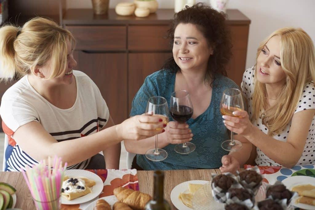 שלוש חדברות יושבות לארוחת בוקר ביחד