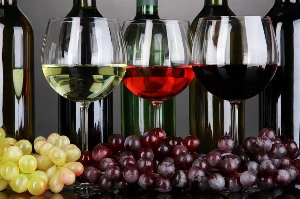 שלוש כוסות מלאות במשקה בצבעים שונים