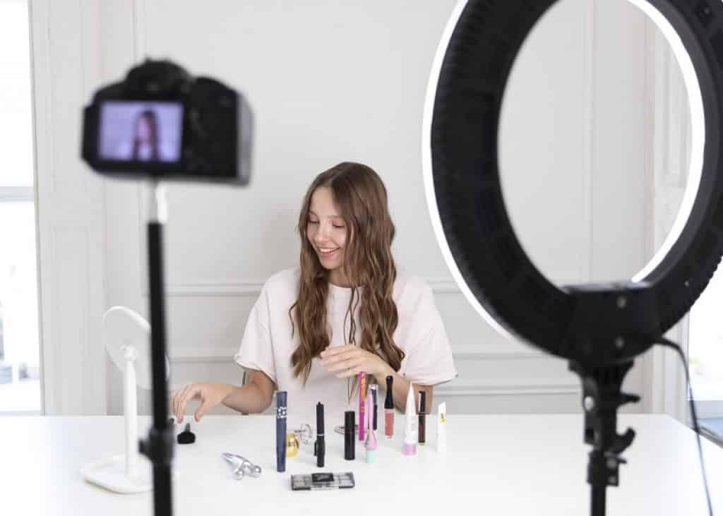 בחורה צעירה מצלמת את עצמה מעבירה שיעור איפור ליוטיוב