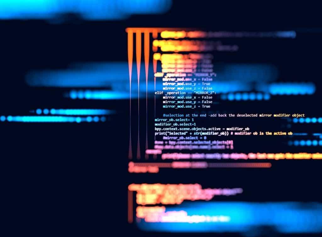 מסך עם קודים כתובים במטושטש עם רקע כחול כהה