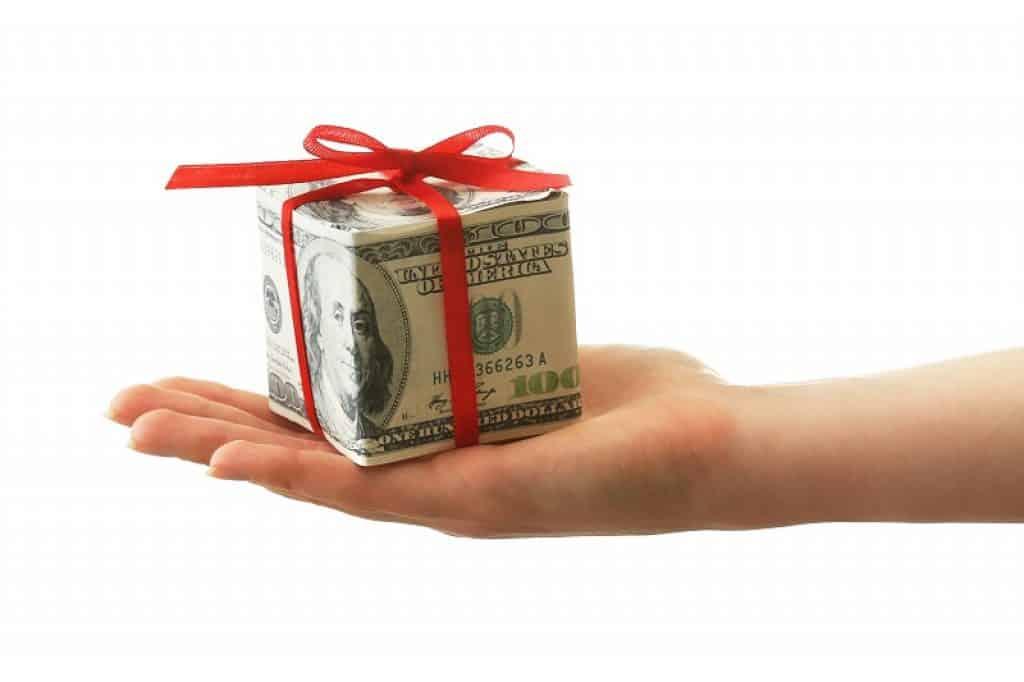 קופסא קטנה עשוייה משטרות של דולר קשורה בסרט אדום