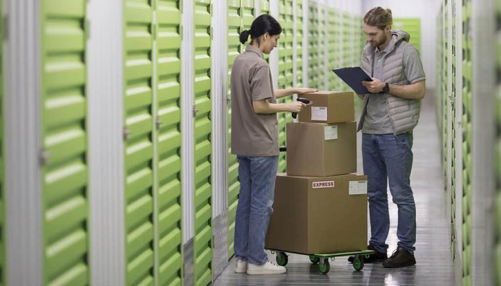 שני עובדים עומדים במחסן של אמזון ומנהלים מלאי