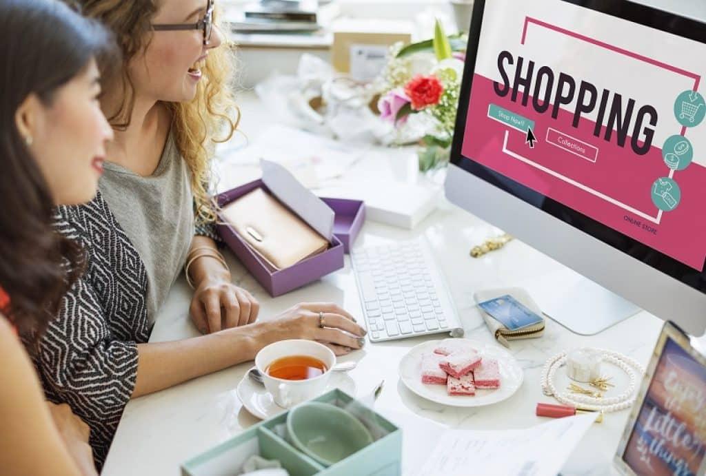 שתי נשים יושבות ומעצבות אתר מכירות אחרי קורס שופיפיי
